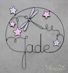 Cute tattoo idea with any name/libellule en fil de fer Wire Crafts, Metal Crafts, Diy And Crafts, Sculptures Sur Fil, Stylo 3d, Iron Wire, 3d Pen, Wire Hangers, Wire Art