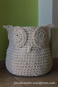 Nedávno jsem na internetu viděla fotku košíku ve tvaru sovy. Zkusila jsem podle ní háčkovat nejdříve z bavlněné šňůry o průměru 4 mm; výsledek nebyl špatný, ale prázdný košík hůře držel tvar. O vík…