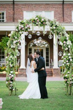 arche fleurie mariage champêtre, décoration originale avec des bougies suspendues