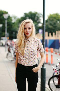 Ramener ses cheveux longs d'un côté : le look tendance repéré dans la rue et sur les défilés !