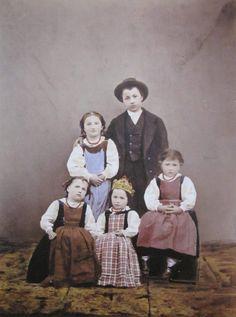Andrea Taramelli (uno dei primi fotografi di Bergamo) - I Costumi di Parre: Gruppo di bambini in costume - rQuesta foto rappresentò Bergamo all'Esposizione Nazionale di Milano del 1881;