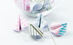 Glückskekse lassen sich ganz einfach und günstig aus Papier basteln. Wie das geht, erfährst du in diesem Artikel. Die Glückskekse sind ein tolles Geschenk oder machen sich super als Party Deko.
