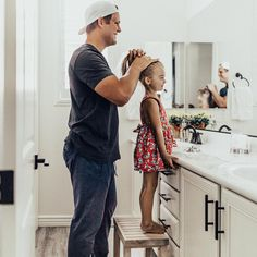 Daddy/ Daughter Getting Ready for School! I must take a photo like this one day! Cute Family, Baby Family, Family Goals, Baby Photos, Family Photos, Family Posing, Family Portraits, Father Daughter Photos, Mother Daughters
