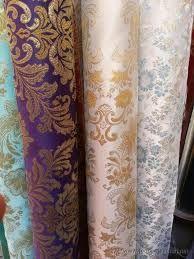 Seda, tafetan,terciopelo, brocados, hilo, lana,    algodón....Los Bizantinos elaboraban los vestidos con gran variedad de tejidos.
