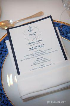 Menukortin voi taitella kauniisti valmiiksi jokaiselle vieraalle servetin kanssa pöytään.