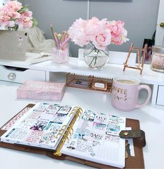 Desk ideas – office organization at work cubicle Work Cubicle Decor, Work Desk Decor, Office Organization At Work, Home Office Space, Home Office Design, Home Office Decor, Office Cubicle Design, Cute Office, Cute Room Decor