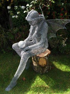 Wish I was talented and patient enough to make a beautiful fairy out of chicken wire like this one. Amazing . would love this lovely Fae in my garden!