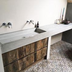 Eindresultaat van badkamermeubel uitgevoerd in oud hout met beton blad XL. #maatwerk #reclaimedwood #badkamermeubel #beton #concrete #cavainterieur #bathroom #oudhout #netevenanders #heerlen