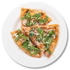 Pizza cu prosciutto, mozzarella și busuioc proaspăt_plate