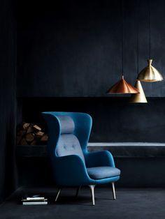 Poltrona azul com luminárias cobre