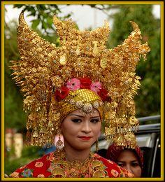 West Sumatra , Minangkabau traditional wedding, with highly elaborate head-dresses. Bridal Headdress, Headpiece, Indonesian Wedding, Indonesian Art, Minangkabau, Costumes Around The World, Vietnam, Wedding Costumes, Traditional Dresses