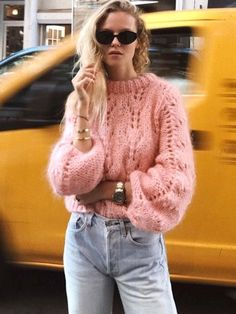 - Sweater Fashion - 30 Trendy & Perfectly Fall Outfits To Copy Now Knit And Denim Pink Sweater Plus Jeans. Pink Sweater Outfit, Winter Sweater Outfits, Sweater Fashion, Rosa Jeans, Quoi Porter, Trendy Fall Outfits, Mein Style, Sweaters And Jeans, Pullover