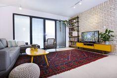 מדירה לאחת לבית לשניים דירתי לי Colorful Living Room Brick Wall