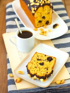 Un delicieux cake cacahuète et chocolat aux accents américains Cornbread, French Toast, Breakfast, Cake, Ethnic Recipes, Desserts, Food, Gluten Free Recipes, Chocolates