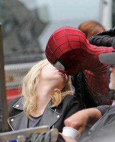 Off-Camera Cuteness: Andrew Garfield Hangs Out as Spider-Man: Emma Stone snuck a kiss with her masked boyfriend, Andrew Garfield, off camera on their The Amazing Spider-Man 2 set in NYC. Andrew Garfield Spiderman, Emma Stone Andrew Garfield, The Amazing Spiderman 2, Nail Design Spring, Spiderman Movie, Cutest Couple Ever, Spider Man 2, Gwen Stacy, Celebrity Couples