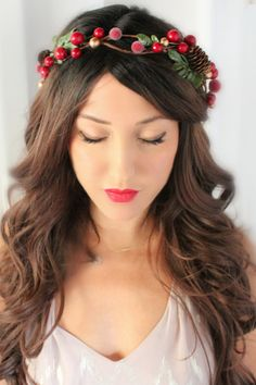 Tis the season for winter weddings and we LOVE this sugared holly berry and pine cone flower crown from @deloop