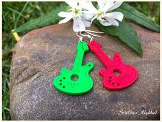Boucles d'oreilles `Guitare. Musique. Rock-n-roll` ( bois, vert-rouge) : Boucles d'oreille par perles-et-couronnes