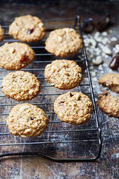 """Varma, mjuka, söta och lite nötiga – de här kakorna är bland de godaste jag vet. Särskilt när de är nygräddade och fortfarande lite ljumma. Detta recept är lånat ur min kokbok """"Vardagsvego för alla!"""" som finns att köpa i vilken bokaffär som helst, eller på Bokus.com och Adlibris.com. Havrekakor med dadlar och cashewnötter 12... Vegan, Cookies, Desserts, Food, Crack Crackers, Tailgate Desserts, Deserts, Biscuits, Essen"""