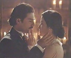 beso 51/ con los dedos, tocar suavemente los labios para aproximar el beso...  [Película: Como Agua para Chocolate]