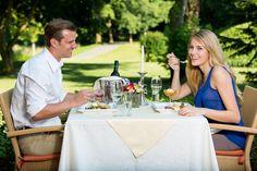Das Abendessen gemütlich im Garten genießen im Romantik Hotel im Park.