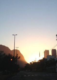 O nascer do sol no Rio de Janeiro...  Um momento na cidade...