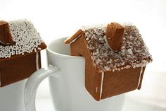 a little cake with your coffee or tea...this is the cutest thing!