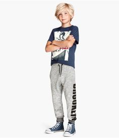 Shop kids clothing and baby clothes at H&M – We offer a wide selection of children's clothing at the best price. H&m Fashion, Fashion Kids, Fashion Online, Little Man, Online Shopping Clothes, Designer Wear, Boy Outfits, Baby Kids, Kids Shop