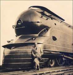 The man and his train ~ 1933, le brillant Raymond Loewy devant sa locomotive à vapeur K4S de la Pennsylvannie Railroad