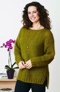 Den dejlige, retstrikkede sweater er, som en smart detalje, længere bagpå end foran