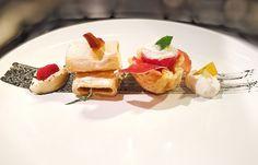 #cucina #circolare All'interno di un unico piatto di portata dall'antipasto alla frutta con almeno un ingrediente in comune. Da sinistra: Noce di #ricotta lavorata con #sale #pepe #timo e #lime con #caviale di #lompo; #paccheri in crema di ricotta e #acciughe; cestino di #parmiggiano e #prosciutto #crudo di Parma con #pomodorino ripieno di ricotta lavorata con sale e pepe e guarnita con #fogliolina di #menta fresca; infine Noce di ricotta lavorata a crema con lime e #pesca