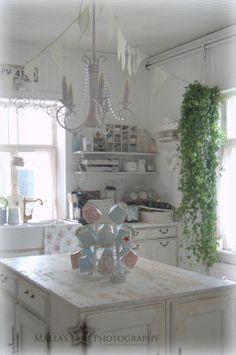 lovely kitchen pinned from astrid den boer Cozinha Shabby Chic, Shabby Chic Kitchen, Kitchen Decor, Simply Shabby Chic, Vintage Shabby Chic, Shabby Chic Decor, Shabby Home, Romantic Home Decor, Rustic French