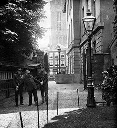 Ganzenmarkt 1910: Het opbrengen van een beschonken persoon naar het Hoofdbureau van politie wat hier tot 1931 stond