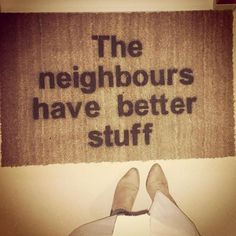 Ik heb er een hele middag mee bezig geweest, maar dan heb je wel iets heel moois. Iedere keer als ik voor de deur sta word ik blij 😍. Creatief met #kokosmat #theneighborshavebetterstuff#theneighbourshavebetterstuff##deburenhebbenmooierespullen#neighbourhood#doormat#entree#creative#creatief