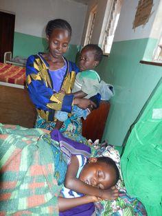 Reisverslag Malawi - Deel 2 | Deze jongen is erg ziek. De medewerker vertelt dat hij van de fiets is gevallen op zijn hoofd. Bij aankomst in het ziekenhuis bleek het jongetje ook nog eens malaria te hebben. Deze foto is genomen in het Malingunde Hospital.