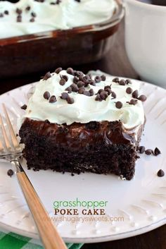 Grasshopper Poke Cake: a delicious chocolate cake topped with chocolate pudding, hot fudge, and minty Cool Whip! Poke Cake Recipes, Poke Cakes, Dessert Recipes, Fudge Recipes, Layer Cakes, Sweets Cake, Cupcake Cakes, Cupcakes, Cupcake Ideas