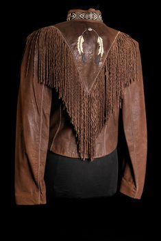 Short feather fringed jacket - Style and More - All kinds of trendy ideas Tribal Fashion, Leather Fashion, Boho Fashion, Fashion Outfits, Cowgirl Outfits, Cowgirl Style, Western Outfits, Native American Clothing, Native American Fashion