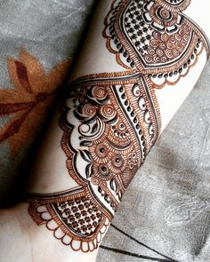 No photo description available. Henna Flower Designs, Bridal Henna Designs, Flower Henna, Latest Arabic Mehndi Designs, Stylish Mehndi Designs, Mehndi Designs For Hands, Henna Mehndi, Arabic Henna, Mehndi Art