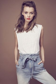 High waist jeans + white tank + red lip = perfect off-duty look. #sp