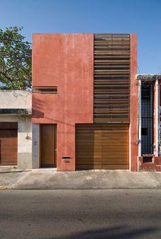 Construido en 2007 en Mérida, México. Imagenes por Pim Schalkwijk. La Casa-Estudio 49 es una propuesta de inserción puntual de arquitectura moderna en el Centro Histórico de Mérida, diseñada para adaptarse a dos...