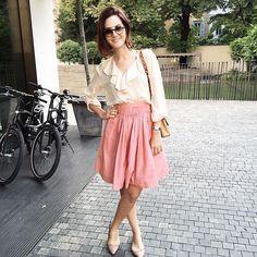 An oldie but goodie Miu Miu skirt + vintage blouse for #mfw yesterday - sigo na missão look do dia com saia xodó das antigas Miu Miu, blusa vintage, óculos Gucci e sapato Valentino. Vic Ceridono | Dia de Beauté