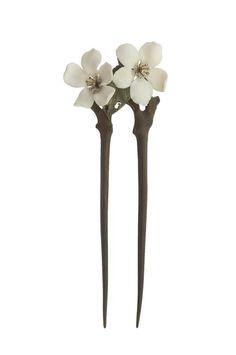 Lucien Gaillard (1861-1933). Épingle à cheveux Fleur de pommier. C. 1902. Fleurs en ivoire, étamines en or et brillants, bois de gaïac. Les Arts Décoratifs, Paris, France