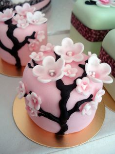 Cherry Blossom petite cakes. Perfect for individual servings or I like the idea of a divinely decorated mini cake for a rehearsal dinner dessert. Creative Cakes, Unique Cakes, Fondant Cakes, Mini Cakes, Fancy Cakes, Cupcake Cookies, Cherry Blossom Cake, Chocolate Souffle, Amazing Cakes