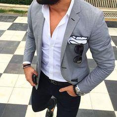 Acheter la tenue sur Lookastic: https://lookastic.fr/mode-homme/tenues/blazer-chemise-a-manches-longues-pantalon-chino/21025 — Chemise à manches longues blanche — Blazer gris — Pochette de costume blanc — Ceinture en cuir noir — Pantalon chino noir — Mocassins à pampilles en cuir noirs
