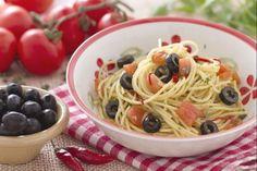 Gli spaghetti alla puttanesca sono un primo piatto  molto apprezzato e richiesto dai turisti che si trovano a gustare i sapori della cucina italiana; vengono preparati con pomodoro, acciughe, capperi, olive nere, peperoncino e prezzemolo. Sull' origine del colorito nome di questi spaghetti, varie sono le teorie e le leggende che si raccontano, le più delle quali ci riconducono alle case di appuntamento dove, per attirare gli avventori, venivano cucinati questi veloci e saporiti spaghetti. Le…
