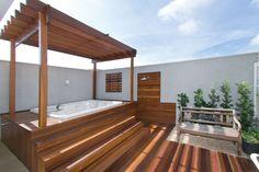 A agradável área do Spa (Riolax) foi personalizada pelo deck em madeira (Revesmad).
