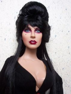 About Elvira: 2008 Halloween Convention exclusive. 17