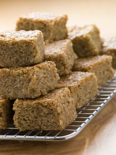 Maple-Brown Sugar Oatmeal Breakfast Bars – Crafty House Our favorite on-the-go breakfast! (And it's sooo good. Breakfast Bars Healthy, Oatmeal Breakfast Bars, Breakfast Dishes, Eat Breakfast, Oatmeal Cake, Breakfast Recipes, Oatmeal Squares Cereal Recipe, Mexican Breakfast, Breakfast Sandwiches