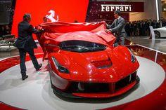 """Ferrari tarihinin en hızlı, en güçlü, en teknolojik ve en mükemmel süper otomobili """"LaFerrari"""" Cenevre Fuarı'nın yıldızı oldu."""