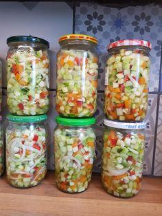 Recette de salade aigre-douce en bocal Heart Healthy Breakfast, Cranberry Walnut Salad, Caesar Salat, Caprese Salat, Gourmet Tacos, Canning Vegetables, Vegetable Soup With Chicken, Homemade Enchiladas, Spice Tins
