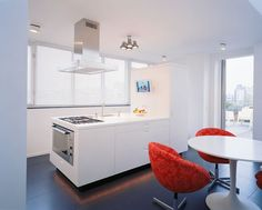 Small-Apartment-Interior-Kitchen-Design-with-Red-Chair-Kitchen-set-and-Round-Table.jpg 600×483 pikseli